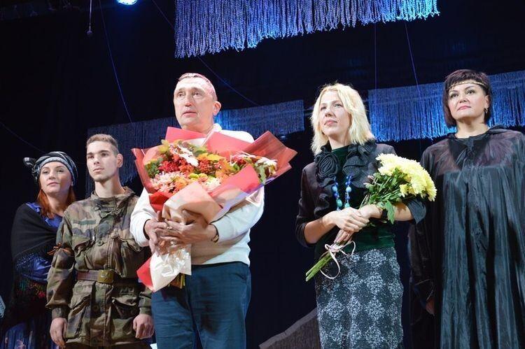 Привітали акторів та режисерку Альону Малюгу-Мельникову з прем'єрою міський голова Олег Кіндер та представники влади.