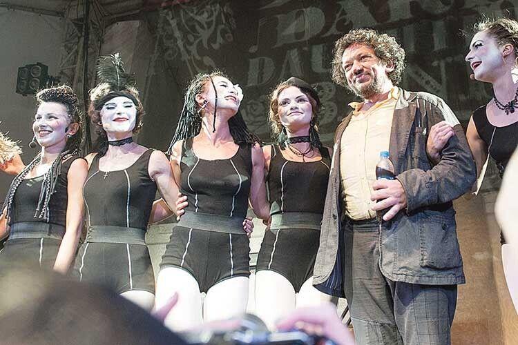 Дівчат ізтеатрально-музичного гурту Dakh Daughters називають вихованками Троїцького.