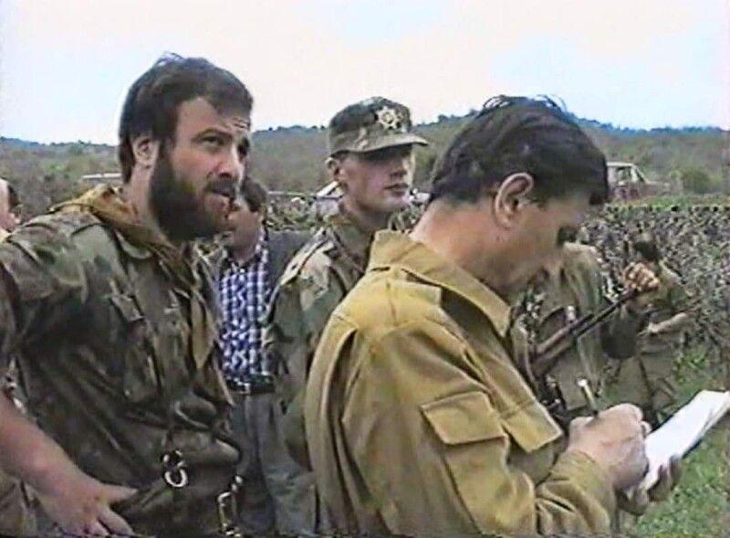 Арчіл Цинцадзе (в центрі) у 1992 – 1993 роках зі зброє в руках відстоював цілісність Грузії. Фото з архіву Арчіла Цинцадзе.
