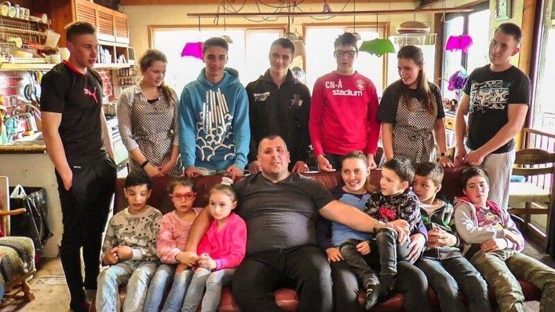 Задля великої родини подружжя спеціально переїхало з Кропивницького, де мало будинок і бізнес, до села Клинці неподалік міста, щоб створювати свою республіку для дітей.  Але тому передував тривалий шлях.