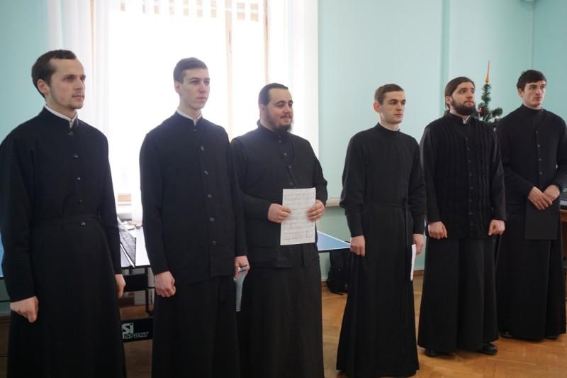 Семінарський хор щороку поновлюється новими учасниками, але вже багато років тішить нас різдвяними піснеспівами у професійному виконанні.