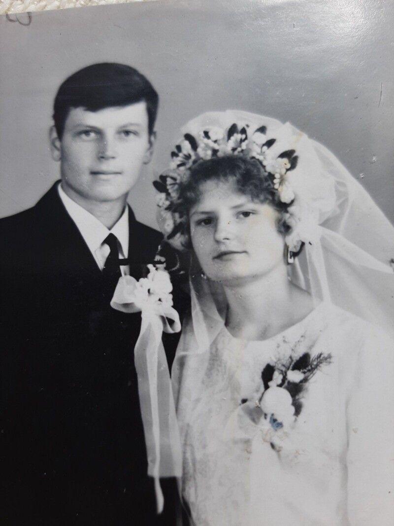 Колишні однокласники середню школу закінчували,  а вона вже заміжня.