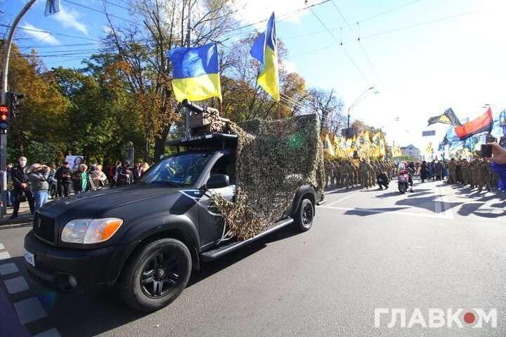 Учасники маршу прокатали на позашляховику центром Києва гармату
