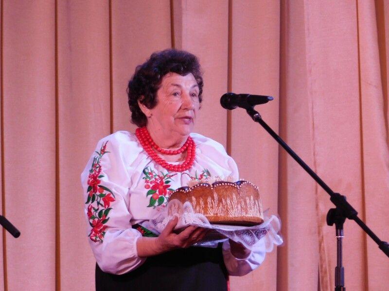 Гостей фестивалю зустрічає короваєм голова Горохівської ТПО УТОС Лідія Шумчук.