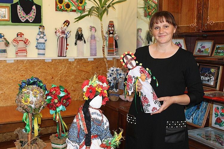 Людмила Островська зі своїми роботами.