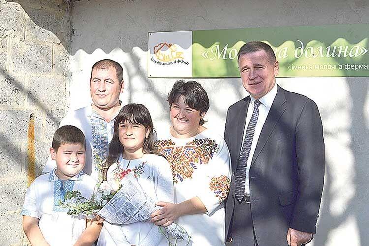Юрій Горбенко (ліворуч) та родина Базюків:  такою сімейкою можна не лише «Молочну долину» піднімати.