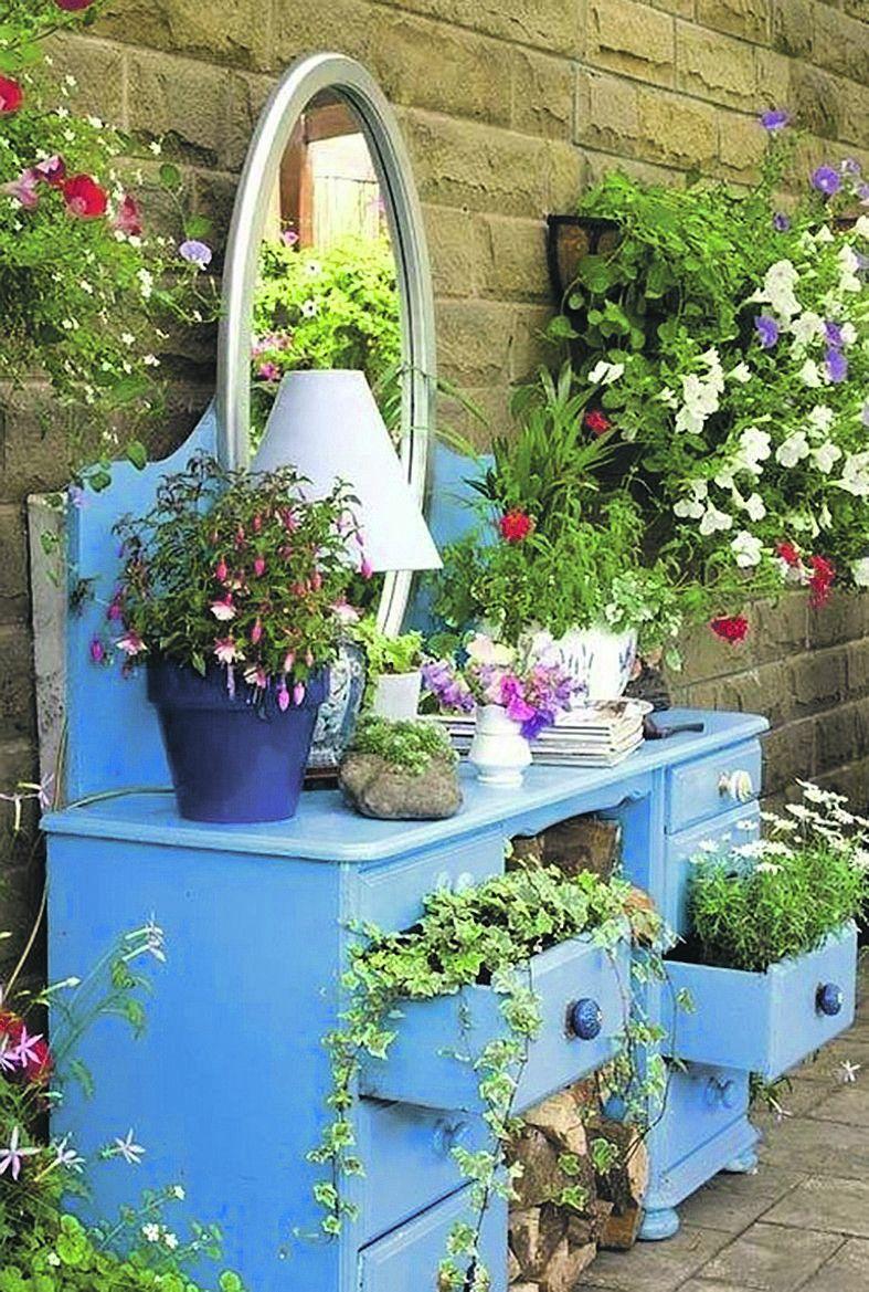 Старий буфет може стати стильним квітником.