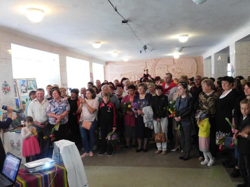 У святковий день було багато гостей.