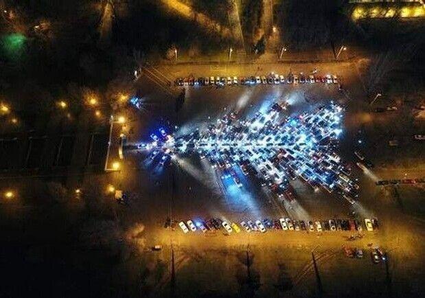 Ось яка красива ялинка з 1 065 машин. Фото autogeek.com.ua.