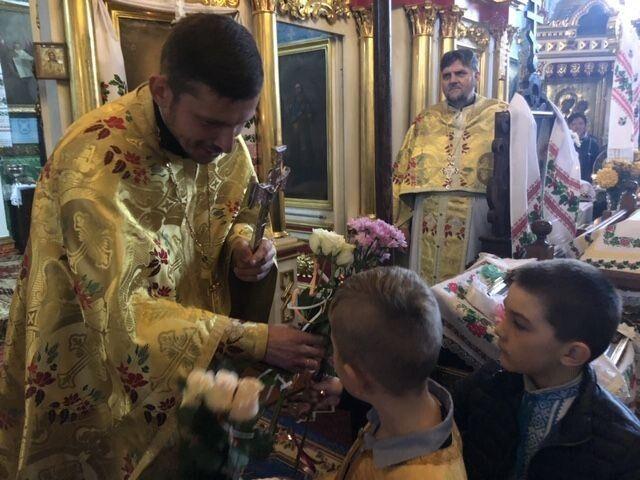 Після Божественної Літургії священнику дарували вітання і барвисті квіти. Фото Лесі ВЛАШИНЕЦЬ.