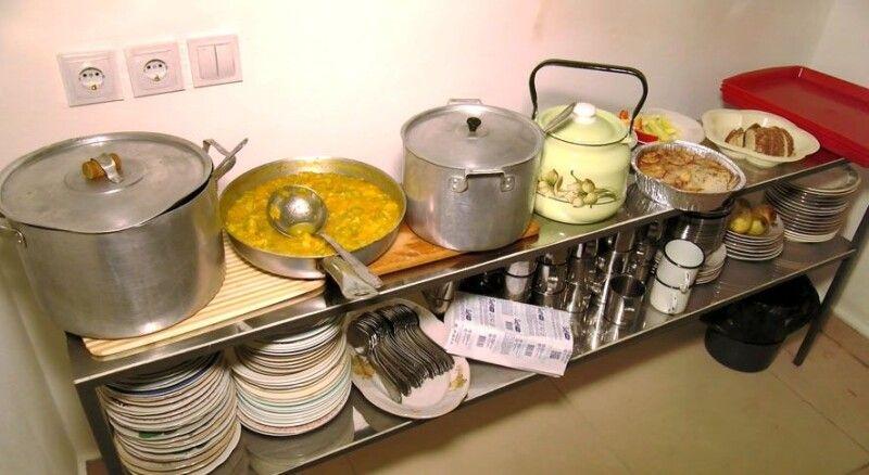 У їдальні кажуть, що харчів вистачить на всіх.