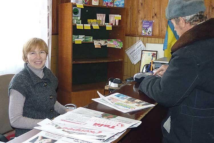 Начальник відділення Світлана Мультон зустрічає відвідувачів привітною посмішкою.