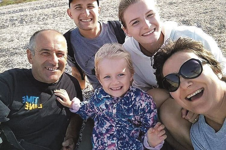 Літо 2018-го. Останнє фото, на якому вони разом із сім'єю сина у повному складі.
