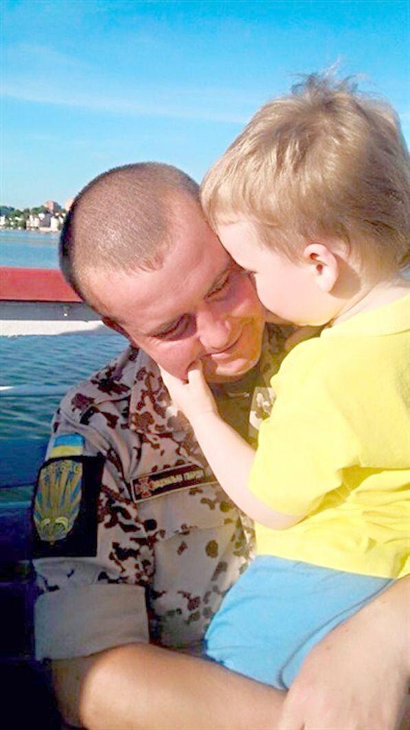 Маленький Костя дуже любить свого тата і знає,  що він воює за його Донбас.