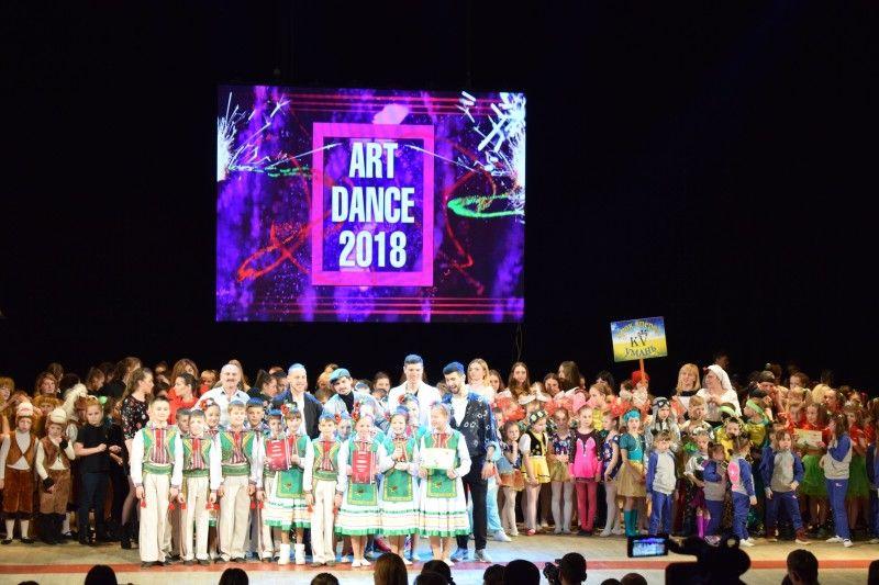 Зіркові судді поряд з юними танцюристами.