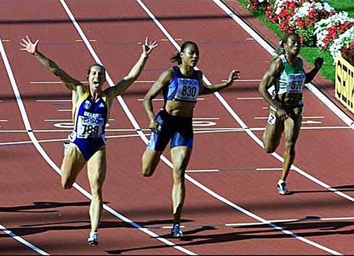 6 серпня 2001 року. Жанна Пінтусевич-Блок завойовує «золото» чемпіонату світу, випереджаючи знамениту американку Меріон Джонс. Фото Getty Images/Fotobank.