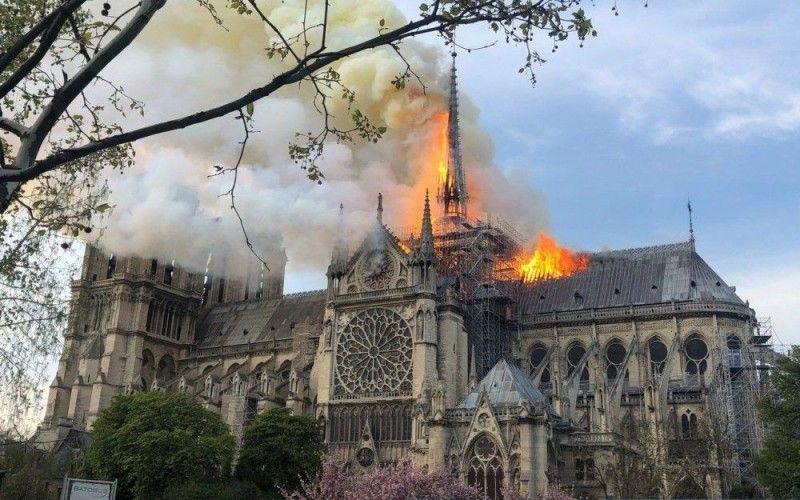 Голова Європейської Ради Дональд Туск закликав усі  28 держав Євросоюзу взяти участь у відновленні Собору Паризької Богоматері. Свою допомогу французам запропонувала вже і Україна.