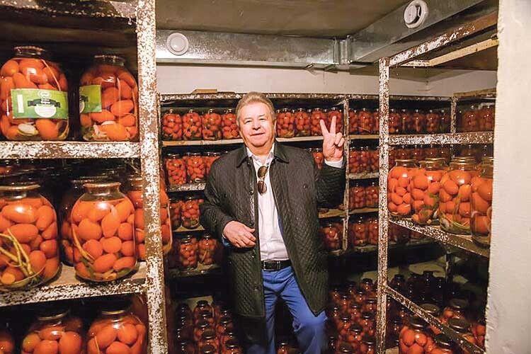 Співочий ректор усвоєму ресторанному бізнесі робить ставку наекопродукти.  Уйого фермерському господарстві тоннами вирощують смачнющі овочі.