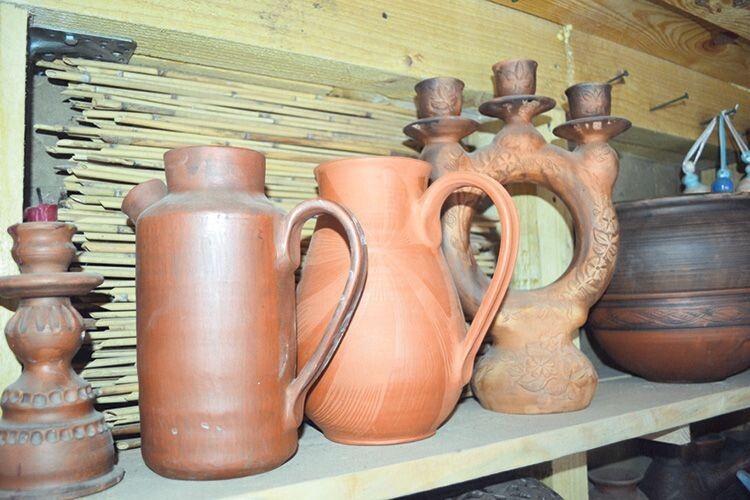 Куманець для олії (ліворуч) майстриня покриває зсередини оливою.