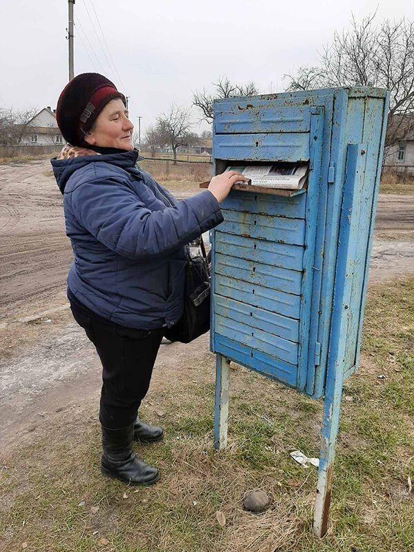 Листоноша Любов Клімчук доставляє газети в Іваномисль із Полицького поштового відділення.
