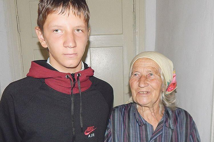 Галина Івовна дуже радіє,  що її онук Микола відтепер теж  з комп'ютером.