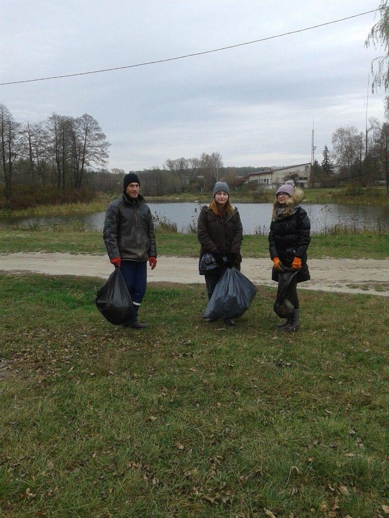 Лише троє молодих людей прийшли допомогти озеру… Фото Людмили ОЛІЩУК.