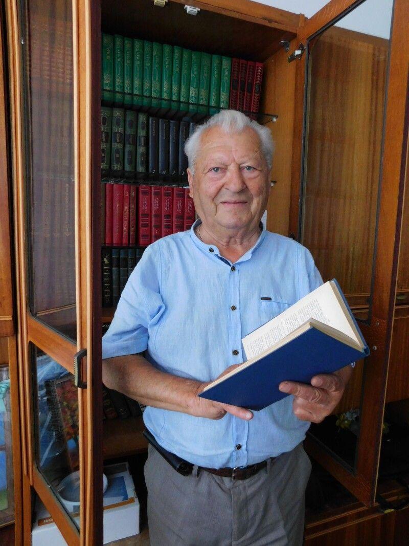 Аркадій ВЕРЕЩАК у бібліотеці, яку подарував рідному місту. Фото Лесі ВЛАШИНЕЦЬ.