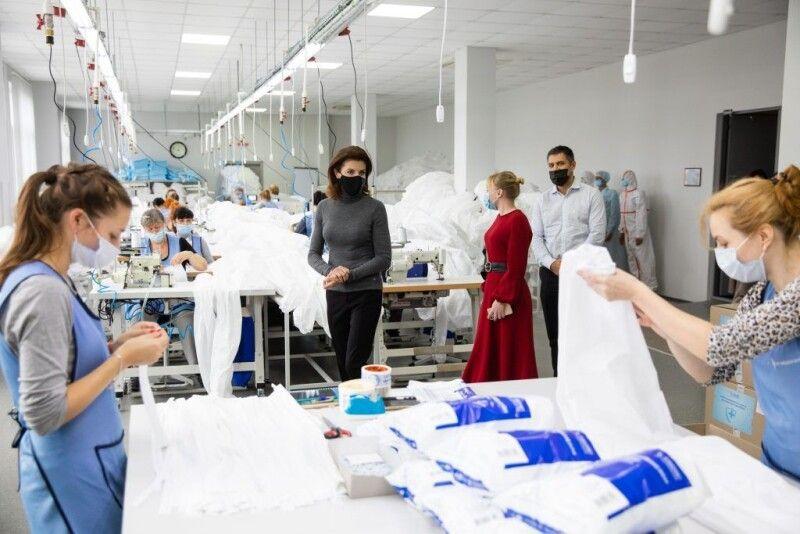 За ініціативи Марини Порошенко в Україні налагодили виробництво захисних костюмів.