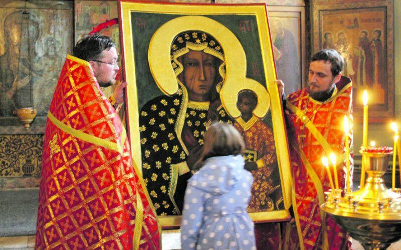 Через темний відтінок обличчя Ченстоховська (Белзька) ікона Божої Матері відома також  як Чорна Мадонна.