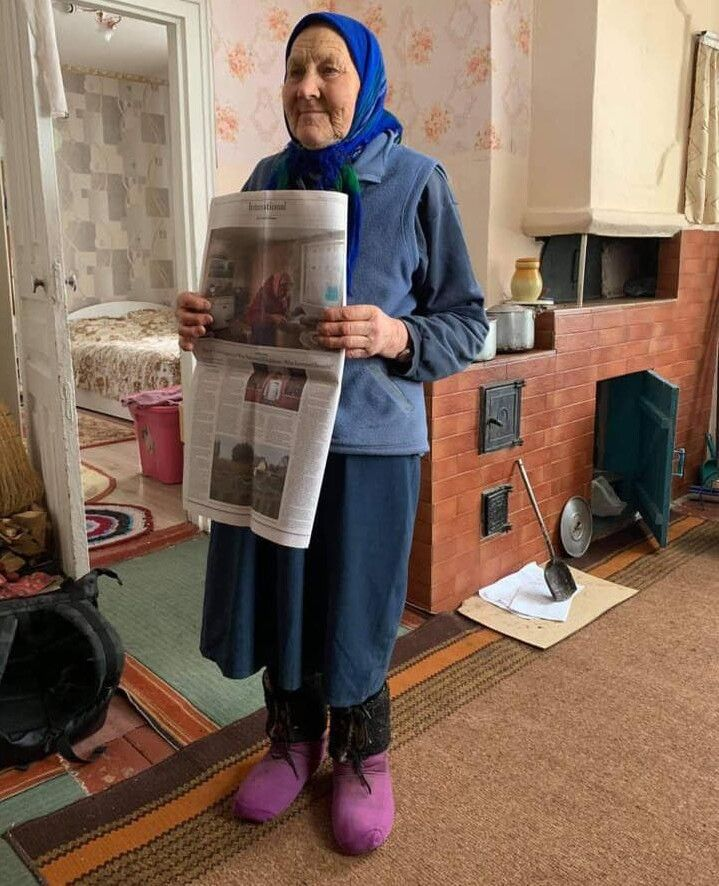 «Місіс» Габро (так називає пенсіонерку американське видання) із подарованим примірником газети.