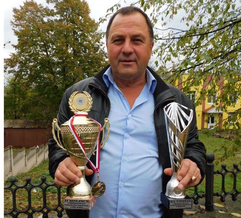 Віце-президент ФК «Агропродукт» (Горохів) Олександр Мартинов із нагородами команди.