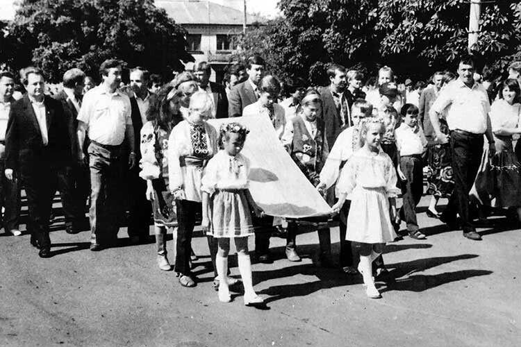 Фото, на якому зафіксовані історичні для КаміньКаширщини миті.