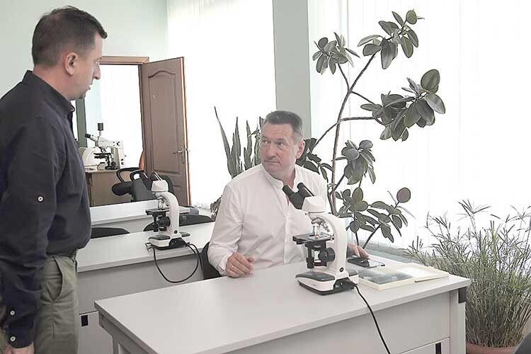 Анатолій Цьось у керівному кріслі не засиджується — знаходить час побувати в лабораторіях і аудиторіях, встигає поспілкуватися з кожним працівником.