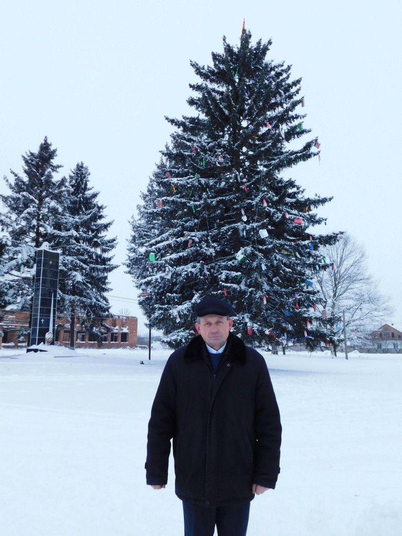 Підберезівський сільський голова Віктор Коритко біля ялинки в Підбереззі. Фото Лесі ВЛАШИНЕЦЬ.