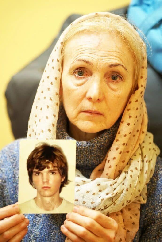 Тетяна Гулевська, показує знімок сина кількарічної давнини. Говорить: після звільнення з полону у 2017-му він не фотографувався –