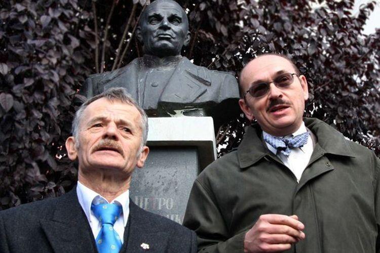 Мустафа Джемілєв (зліва) та син Петра Григоренка Андрій біля пам'ятника славетному генералу у Сімферополі у 2007 році. Зараз окупанти заборонили Джемілєву в'їзд до Криму —  зяк колись генералу Григоренку закрили дорогу на батьківщину.