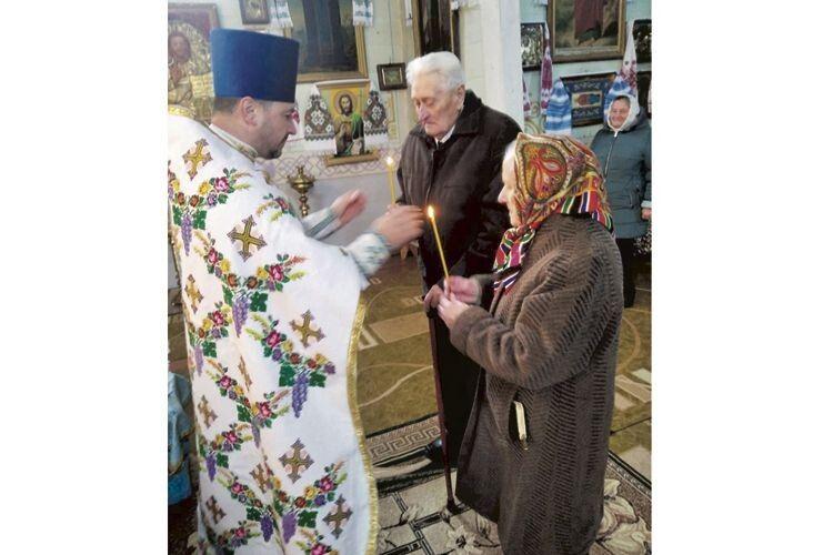 А нині до престолу підвів ювілярів отець Віктор.