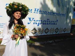 В Україну перевтілилася завідувач клубу села Піски Олена Лисюк.