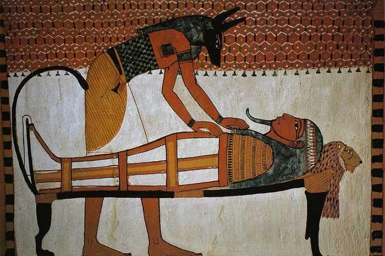 Мафдет над мумією фараона, очікуючи Анубіса— давньоєгипетського бога, заступника померлих.