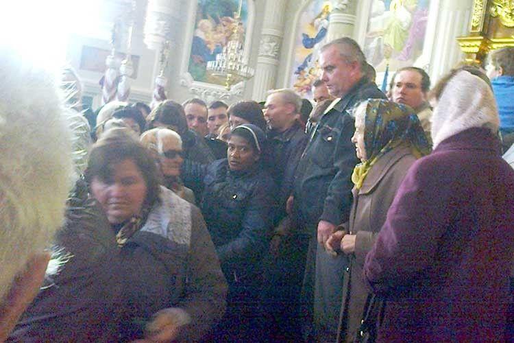 Сестра Ліджі благословляє парафіян червоноградського храму.