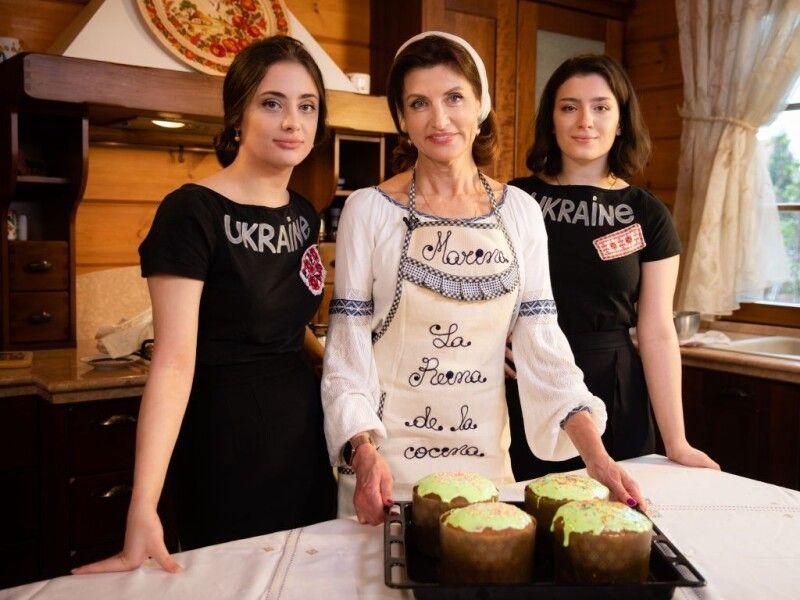 Паски для поранених воїнів Марина Порошенко пекла разом із доньками.