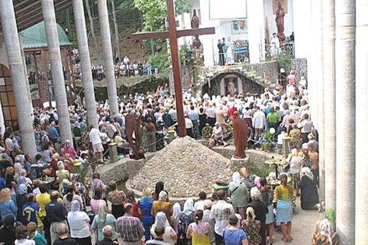 ДоДжублика з'їжджаються тисячі паломників зУкраїни ісвіту.