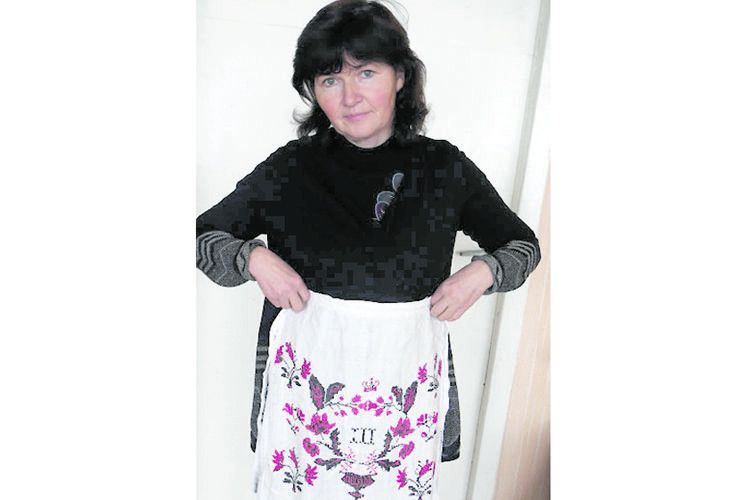 Марина Цицюк приміряє фартух, якому сто років.