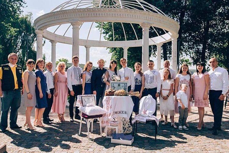 Хто ще претендує на таке весільне фото, де поряд із гостями — представники Книги рекордів, а в руках — не тільки квіти, а й свідоцтво про сам рекорд?