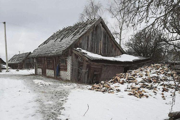 Хто зимує у Сваловичах, то  мусить запастися дровами. Про те, що не всім це під силу, свідчать замки на дверях стареньких хат.