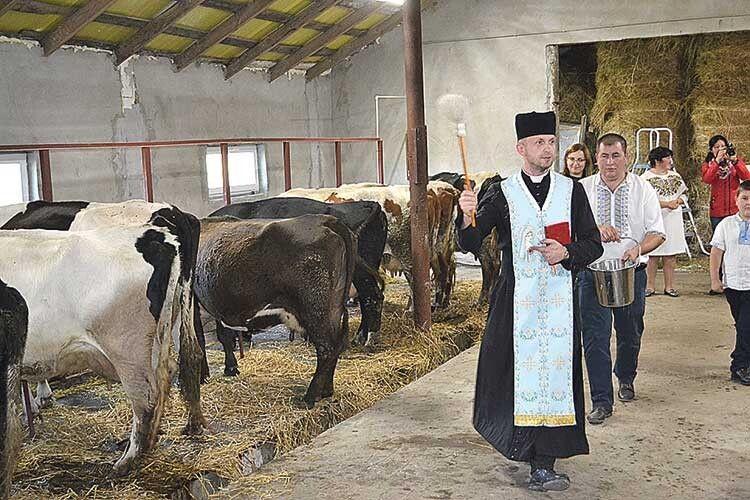 Перед початком відкриття ферму освятив священник.