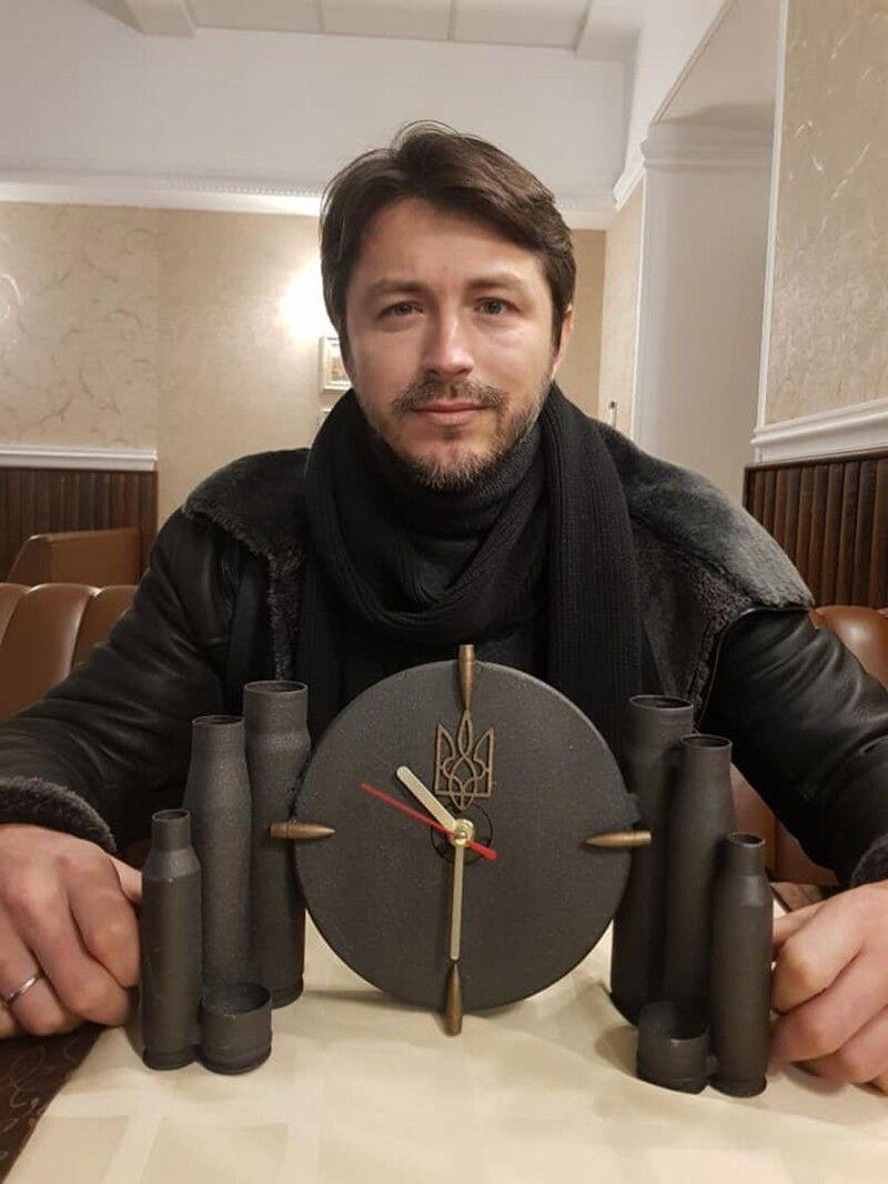 А цей годинник— від фанатів ізДонбасу, виготовлений ізгільз від танкового снаряда.