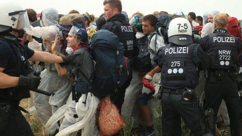 Поліція намагалася завадити протестувальникам потрапити на шахту, оскільки, за їхніми словами, знаходитись там небезпечно.