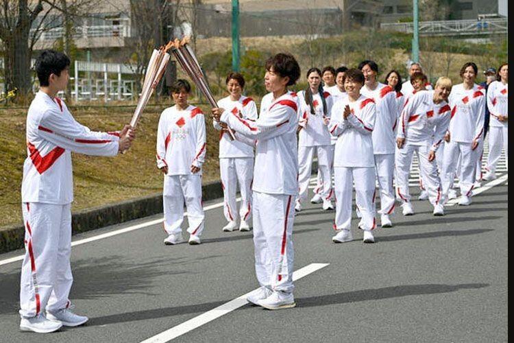 В естафеті візьмуть участь майже 10 тисяч людей,  а розпочали її учасниці жіночої збірної Японії з футболу.