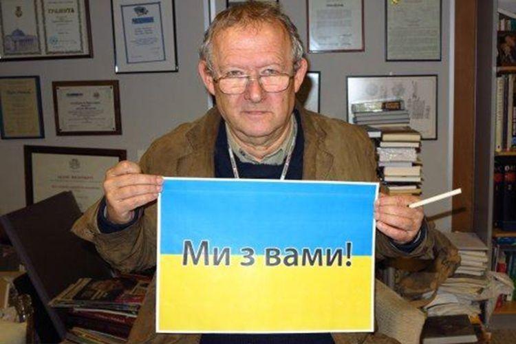 Свою позицію Адам Міхнік висловив таким чином: сфотографувався  із синьо-жовтим листком, на якому було написано українською: «Ми з вами!»